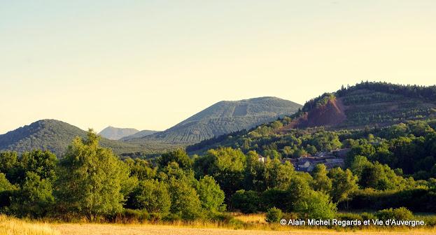 paysage d'Auvergne, montagnes, arbres, nature