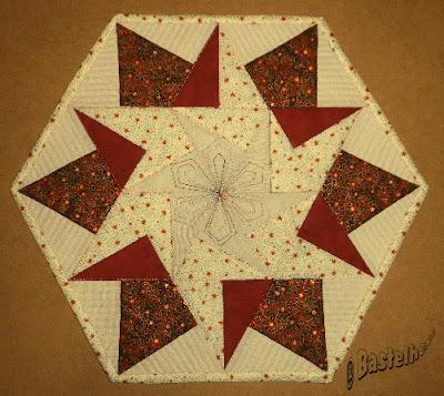 http://bastelhexes-kreativecke.blogspot.de/2015/12/hexagondeckchen-aus-dreiecken.html