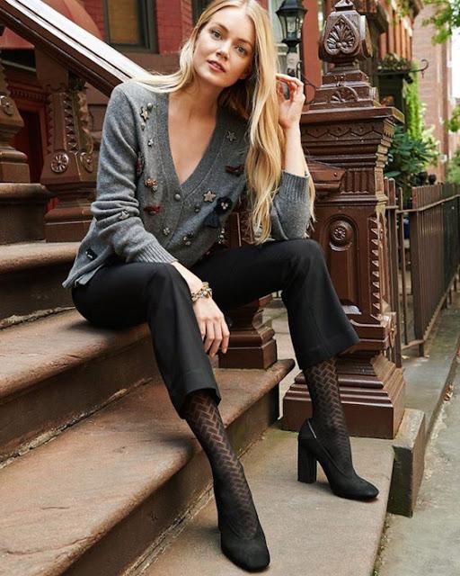 Девушка в кардигане и брюках с ажурными колготками