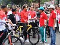 Jokowi Keliling Thamrin Sapa Warga Sambil Dayung Sepeda