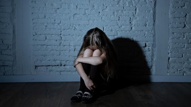 Μητέρα κατήγγειλε ότι συμμαθητές της κόρης της την εξανάγκασαν να γλείψει την τουαλέτα του σχολείου
