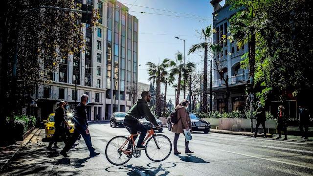 Βουλιάζοντας στην πανδημία: Από το καθολικό lockdown στο… ποδήλατο