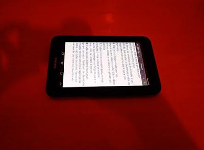 A foto mostra o livro digital para ler em qualquer lugar do mundo.