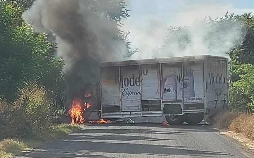 Otra vez Carteles Unidos - Falsas Autodefensas - Viagras roban camiones, los incendian y bloquean caminos en Michoacán