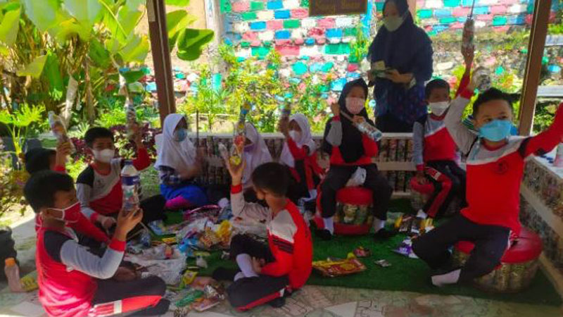 Keren, Siswa di SD Ini Sulap Sampah Jadi Ecobrick atau Bata Ramah Lingkungan