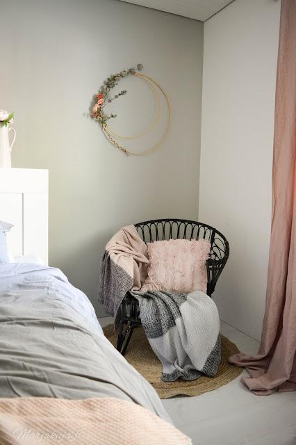 rottinkituoli lumikenkä kranssi makuuhuone sisustus syksy