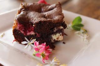 Brownie rápido con frutas rojas