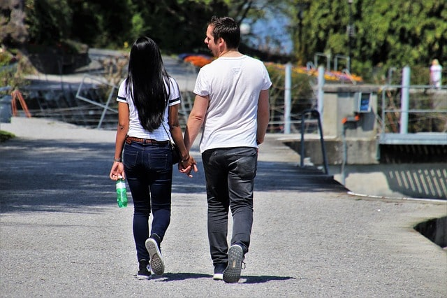 5 Subtle signs a guy is attracted to you