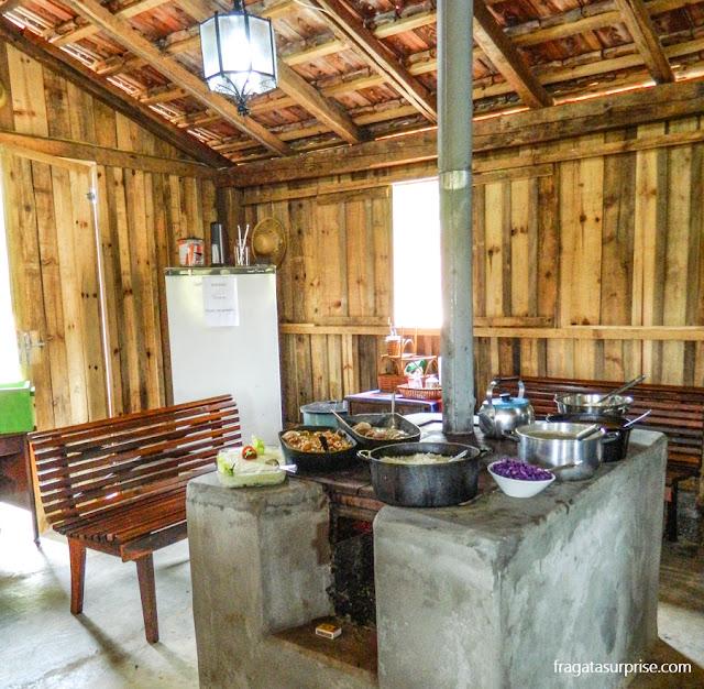 Fogão a lenha e pratos das colônias alemã e polonesa no Parque Histórico do Iguassu, em União da Vitória, Paraná