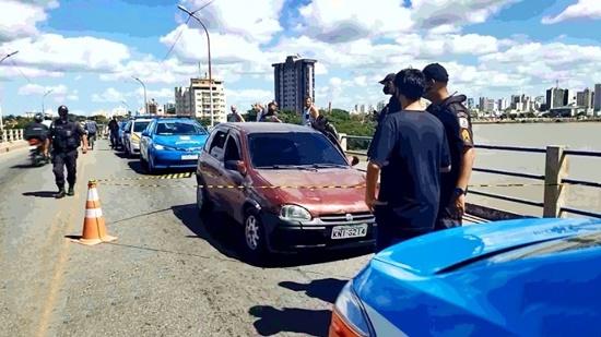 Homem é morto a tiros dentro de carro na ponte da Lapa, em Campos