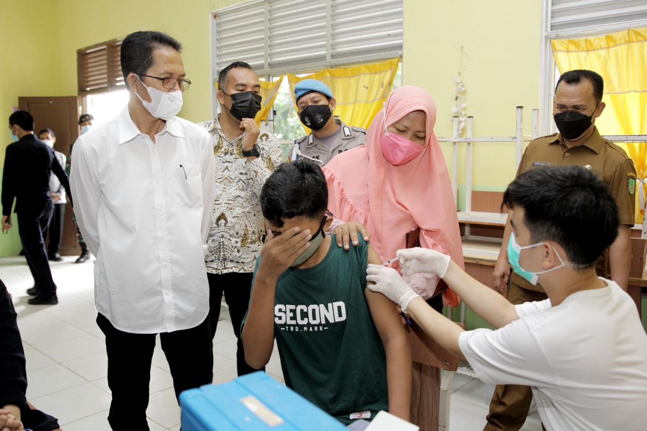 Amsakar Tinjau Pelaksanaan Vaksinasi Pelajar di SMP Negeri 30 Batam