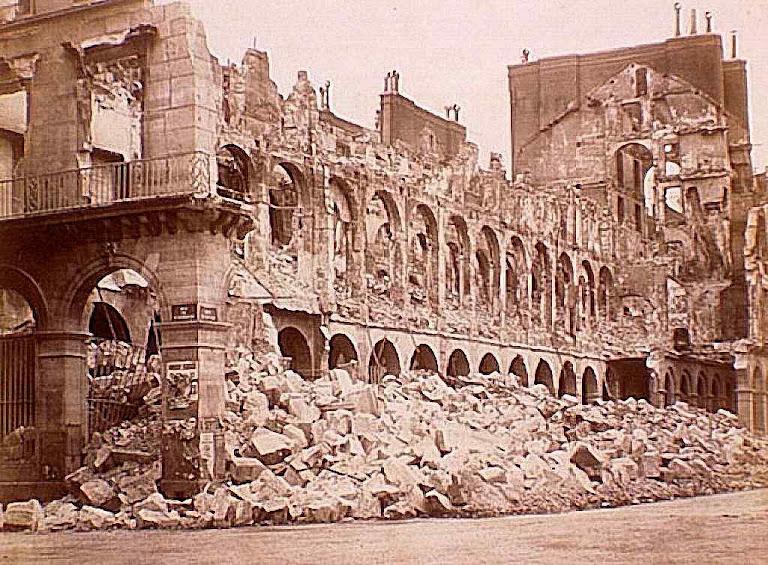 A revolução da Comuna, devastou inúmeros prédios públicos, igrejas e palácios. Aqui o Ministério das Finanças