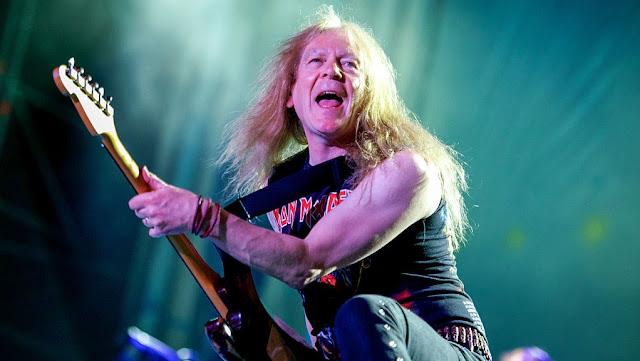 Guitarra de Janick Gers voa em direção ao público em show do Iron Maiden