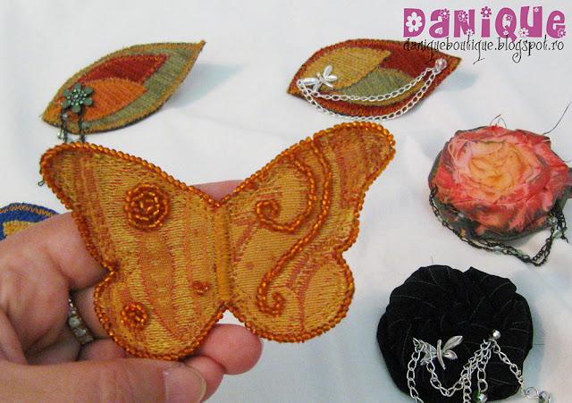 brose handmade din material textil - 20lei/buc.
