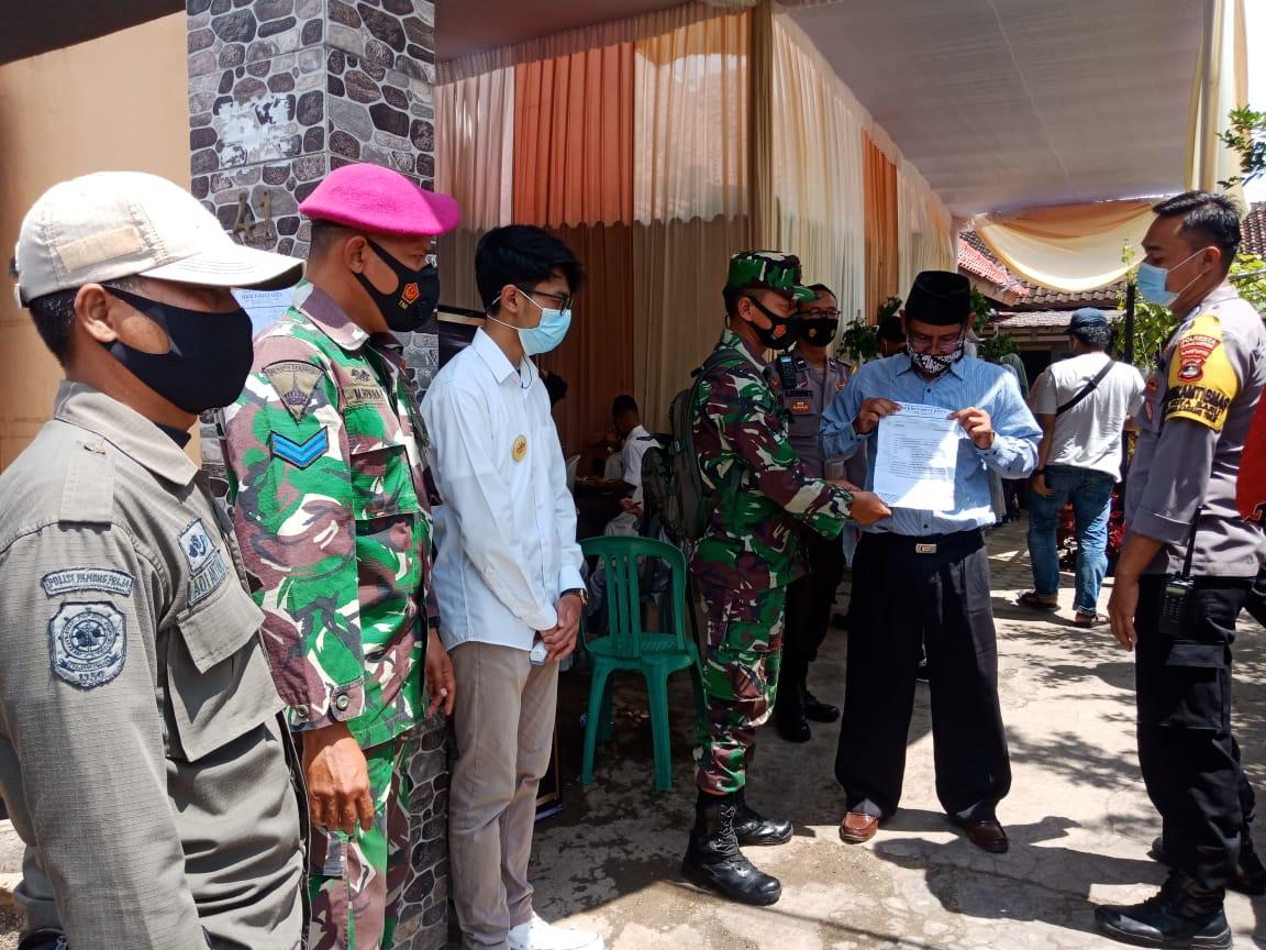Babinsa Koramil 410-04TKT Kodim 0410KBL Serda Fadli bersama dengan Tim 3 Gugus Tugas Penanganan Covid-19 menyambangi lokasi hajatan di wilayah kelurahan Rawa Laut