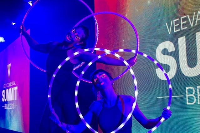 Show de artistas Bambolê led interagindo com video institucional para a abertura da convenção de vendas da Veeva em São Paulo.