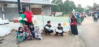 SD Muhammadiyah Bangsri Jepara Berbagi Takjil Kepada Masyarakat