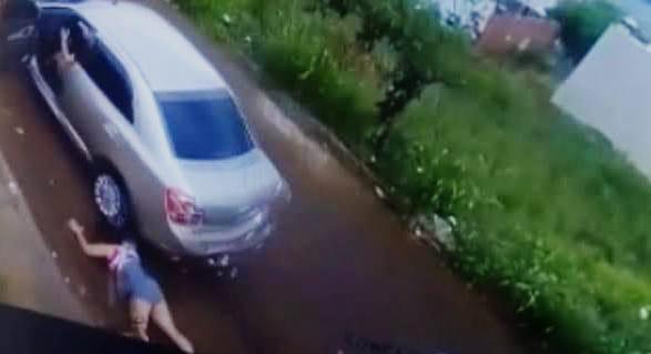 Mulher reage a tentativa de estupro e é jogada de carro em movimento