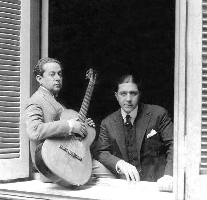 José Razzano (con la guitarra) y Carlos Gardel en la casa de la madre de este último en Buenos Aires. 1926