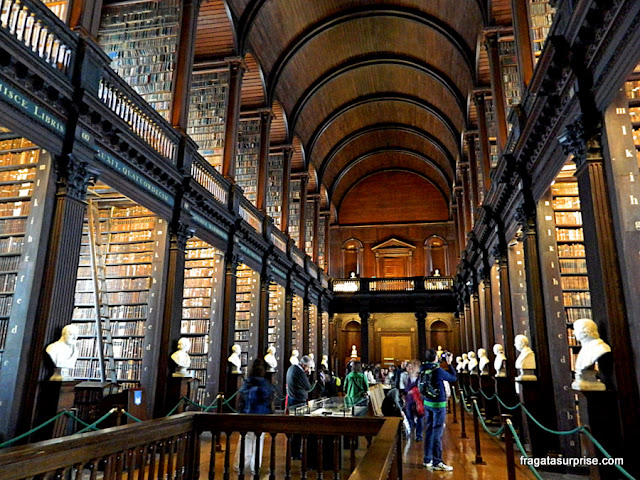 Long Room da Old Library, biblioteca histórica do Trinity College de Dublin, Irlanda