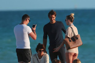 Roger Federer takes selfie with fans