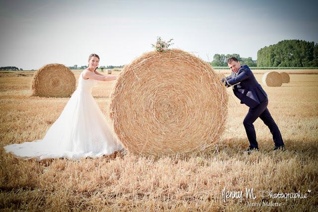portrait couple mariage photo originale dans champ de blé