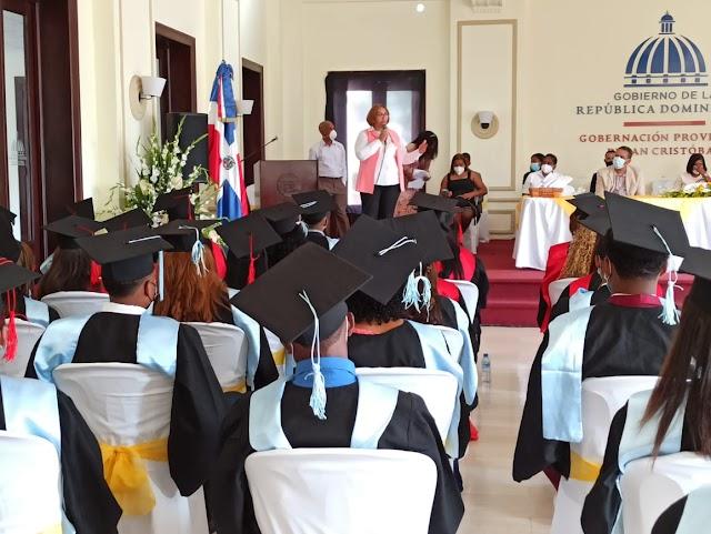 Gobernadora Pura Casilla reitera su respaldo a la juventud de San Cristóbal