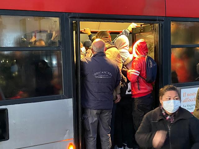 Chiusa la Metro C di Roma sull'intera tratta: ressa sulle navette, bus strapieni