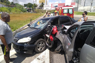 Duas pessoas ficam feridas após colisão entre carros e uma motocicleta na BR-230, em João Pessoa