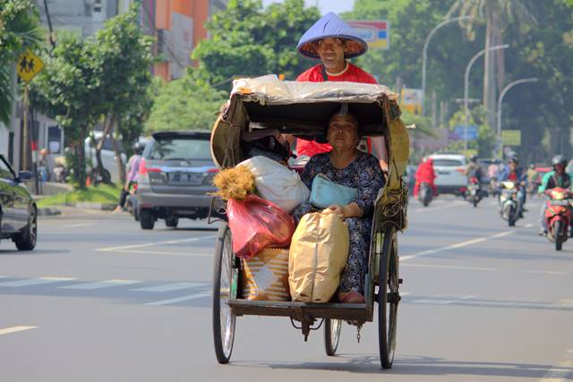 This Photo Of Becak Should Show Hidden and Common Problem Of Indonesia Cultur