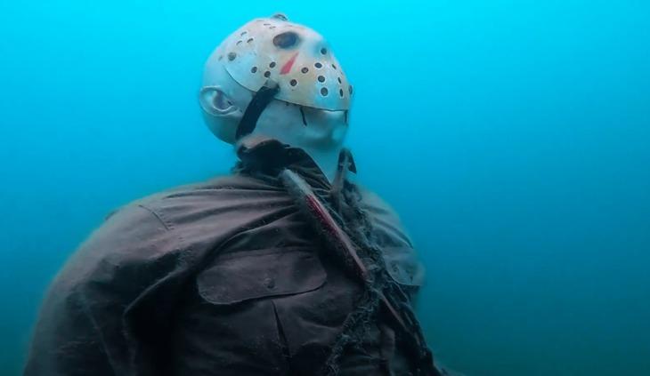 Alguien puso una estatua de Jason Voorhees en el fondo de un lago en Arizona y todo mundo está asustado