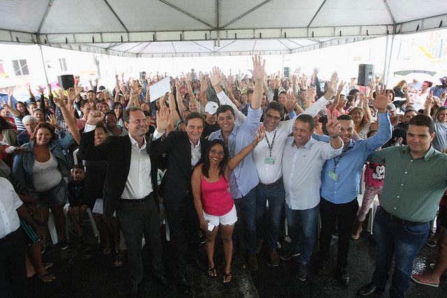 Crivella entrega 484 registros de imóveis a moradores da Zona Oeste