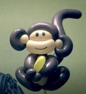 Ballondekoration brauner Affe mit Banane als Ballontier.
