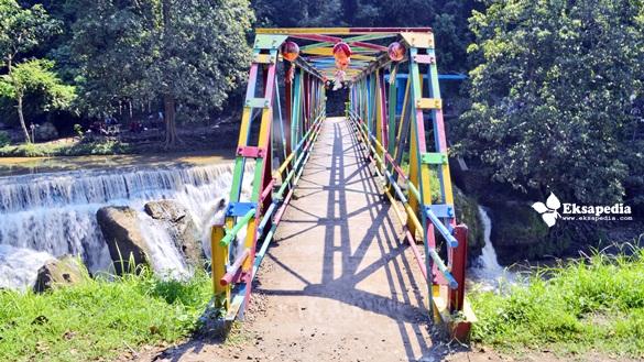 Jembatan Warna Warni Pengilon