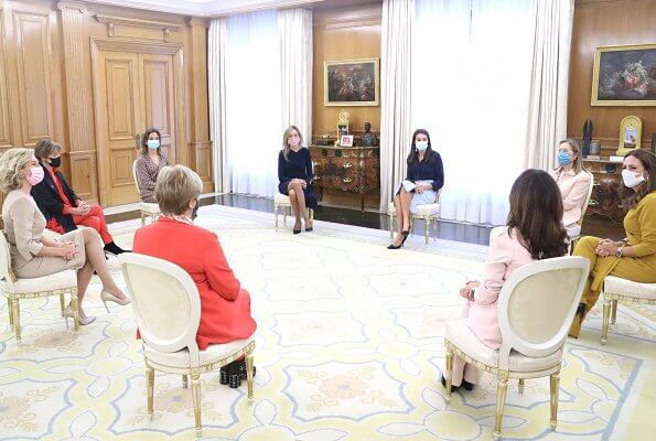 Queen Letizia wore a high waisted pencil skirt from Hugo Boss, an navy pumps from Magrit. Women in the Legal World is a non-profit organization
