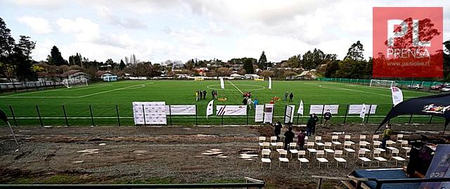 Inauguran carpeta sintética de la cancha de fútbol del sector de Riachuelo
