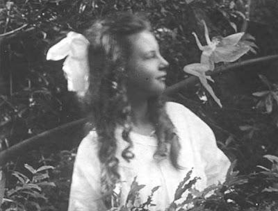 Fotografía 3 - Hadas de Cottingley - Frances y un hada bailando - Realidad y Fantasía