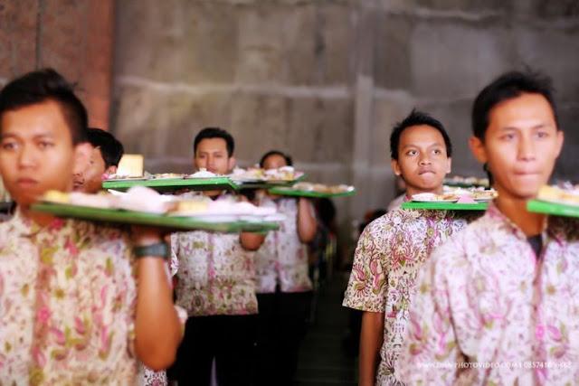 Laden para pemuda-pemuda yang mengantar makanan ke para tamu hajatan