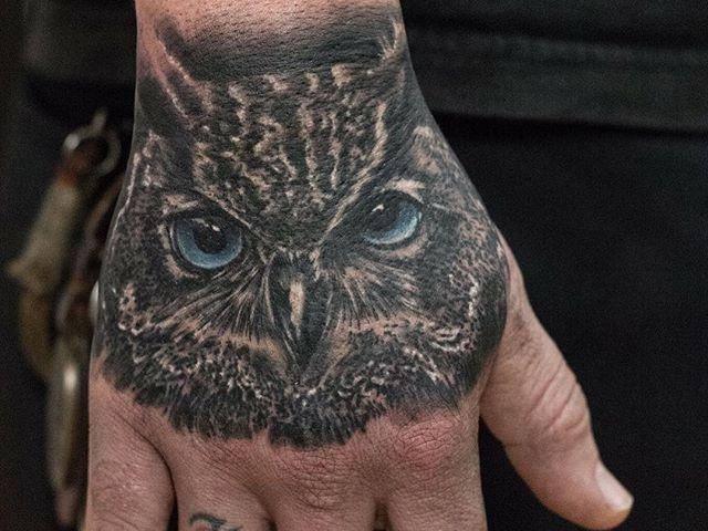 tatuagem masculina na mão e no braço masculino desenho coruja