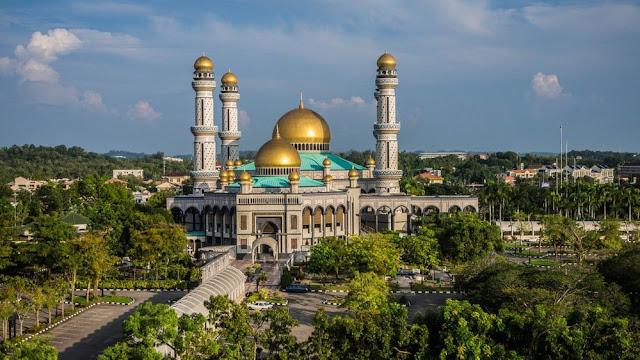 Quốc gia này sở hữu những công trình kiến trúc ấn tượng và hơn 100 thánh đường Hồi giáo lớn nhỏ được trang trí xa hoa, lộng lẫy. Vàng được sử dụng để trang trí các cung điện, thánh đường, thậm chí cả khách sạn.    Thánh đường Jame Assr Hassanil Bolikah Mosque được mạ gần 5 tấn vàng trên mái vòm và 29 đỉnh tháp. Hoàng cung Istana Nurul Iman cũng được trang hoàng nguy nga, tráng lệ với nội thất được mạ vàng và kim cương. Nơi đây được xem là một trong những cung điện xa hoa bậc nhất thế giới với tổng chi phí 1,4 tỷ USD.