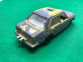 ルノー 16 のおんぼろミニカーを斜め後ろから撮影