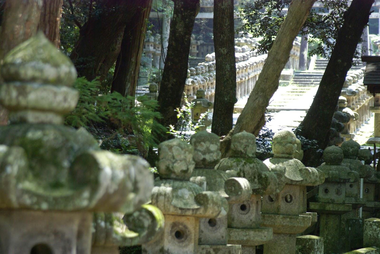 pierres tombales et lanternes japonaise en pierre