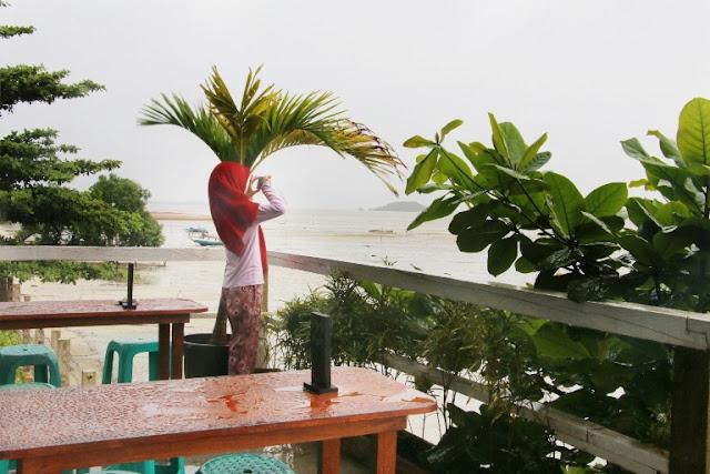 tempat makan hits di pinggir pantai di tanjung pandan