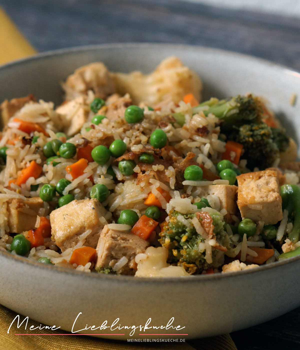 Gebratener Reis mit knusprigem Tofu und Gemüse vegan