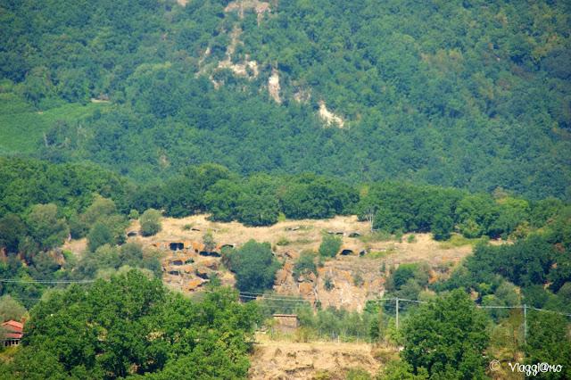 Panorama sulle grotte del villaggio rupestre di Monte Casoli