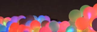 Bunte mit LED beleuchtete Luftballons zum Fest.