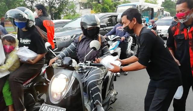 Wujud Kepedulian Sosial, FORKOM PP Bagikan Ratusan Paket Takjil di Tugu Cembengan