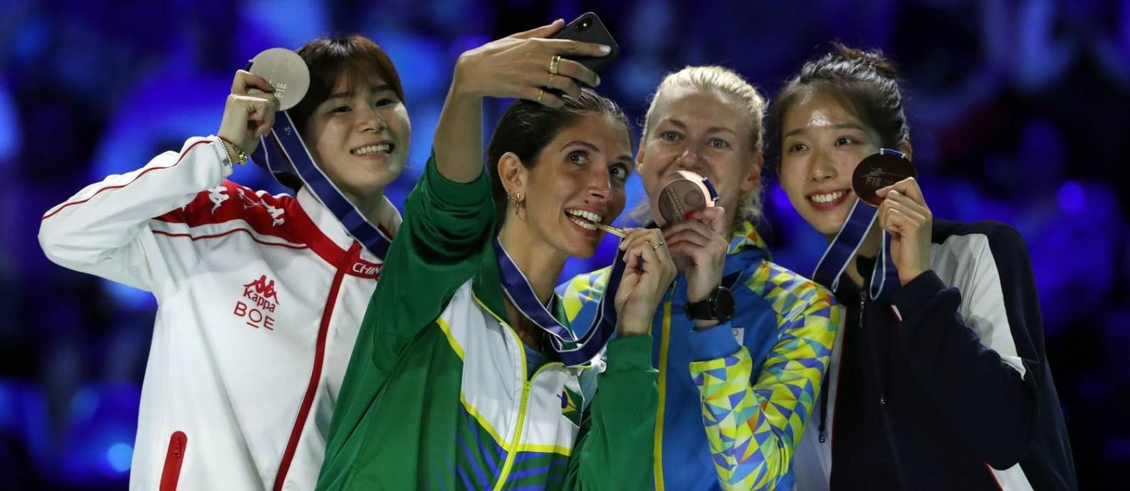 Medalhistas na espada feminina tiram foto no mundial de 2019