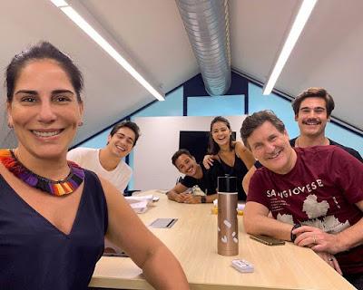 Éramos Seis: Gloria Pires posta foto com seus colegas de elenco da próxima novela das 6