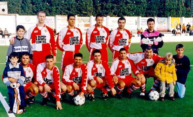 C. E. SABADELL F. C. Temporada 1997-98. Manuel, Gestoso, Íñigo, Manolo Garcia y Jordi; Chuchi Macón, Iván Diaz, Titi, Piti, Leo López y Javi López. El Sabadell se clasificó 11º en el Grupo III de la 2ª División B, con Paco García Llamas de entrenador. Con 38 partidos jugados, consiguió un total de 51 puntos, con 14 partidos ganados, 9 empatados y 15 perdidos, marcando 43 goles y recibiendo 44. Piti fue su máximo goleador con 11 goles, seguido de Antonio con 5 e Íñigo e Irazusta con 4. De los 44 goles encajados, Navarro recibió 29 y Jordi 15.